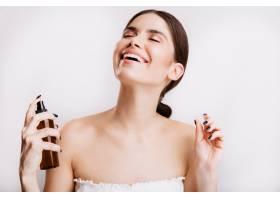 令人满意的黑发女孩淋浴后在皮肤上喷洒身体_12607432