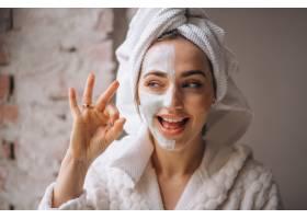 半张脸戴面罩的女子肖像_4410919