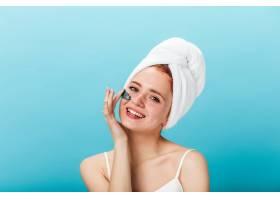 华丽的年轻女子戴上面膜工作室拍摄的灵感_13012510