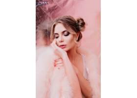 可爱可爱的女孩留着一束发式摆着梦幻般_10272632