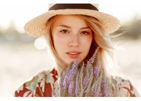 可愛浪漫的金發女孩享受著完美的薰衣草香味_10578804