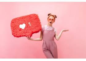 积极的女士穿着粉色工作服T恤和粉色配饰_12677984