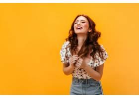 身穿印花上衣的女子笑着在橙色背景上风骚_12677829
