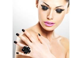 黑色指甲和粉红色嘴唇的美丽性感女人的脸_11961640