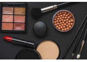 黑色背景下的各种彩妆产品_3105780