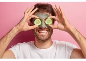 快乐男子美人写真脸上戴着泥土面具眼睛_12494395