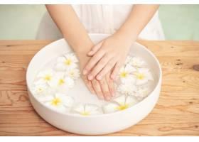 温泉护理和产品陶瓷碗中的白色花朵加水_12985852