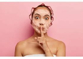 惊讶的韩国女士脸上有肥皂泡做沉默的手势_11934048