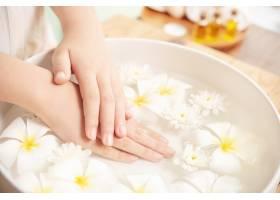 温泉护理和产品陶瓷碗中的白色花朵加水_12985854
