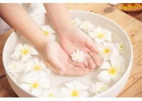 温泉护理和产品陶瓷碗中的白色花朵加水_12985856
