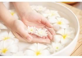 温泉护理和产品陶瓷碗中的白色花朵加水_12985858