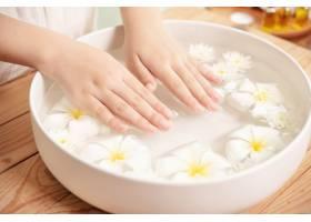 温泉护理和产品陶瓷碗中的白色花朵加水_12985861