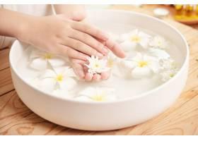 温泉护理和产品陶瓷碗中的白色花朵加水_12985863