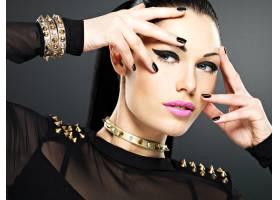 时尚女性的漂亮脸蛋黑指甲妆容鲜艳脖_12264916
