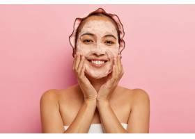 年轻的韩国女性头像触摸无瑕柔软的皮肤用_11934044