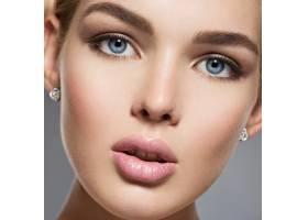 一张长着蓝色性感眼睛的漂亮女孩的脸一位_12263538