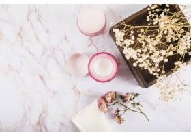 大理石上的滋润奶油和花朵的高角观_2877947