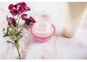 大理石护肤霜附近的粉红色花朵特写_2877979