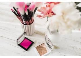 花边的化妆品和刷子_2058937