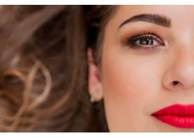 清新的日常妆容和浪漫的波浪式发型的美女模_1192631