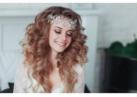快乐的年轻新娘戴着皇冠穿着内衣笑着近_2456022