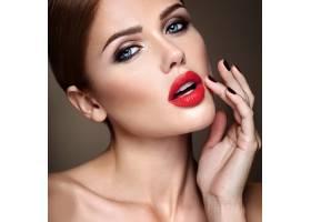 晚妆留着浪漫发型的美女模特肖像抚摸她_6882676
