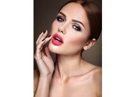 晚妆留着浪漫发型的美女模特肖像抚摸她_6882678
