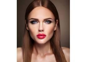 晚妆留着浪漫发型的美女模特肖像粉红色_6883054