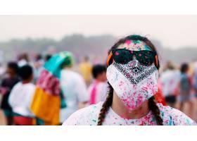 一名妇女在绘画节上戴着墨镜用头巾遮住脸_7810248