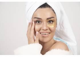 面带微笑的黑发年轻女子穿着带化妆品眼罩_11779005