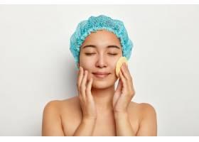 漂亮的亚洲女人用化妆品海绵洗脸洁面赤_12495206