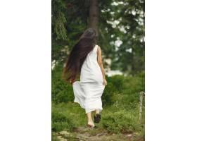 留着长发的印度妇女穿蓝色连衣裙的女士_10706695