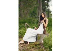 留着长发的印度妇女穿蓝色连衣裙的女士_10706697
