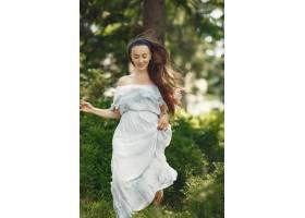 留着长发的女人穿蓝色连衣裙的女士天性_10706667