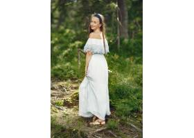 留着长发的女人穿蓝色连衣裙的女士天性_10706677