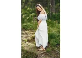 留着长发的女人穿但是��淞诉@么久蓝色连衣裙的女士天性_10706680