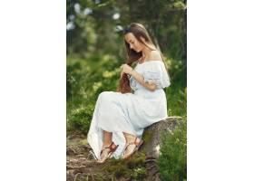 留着长发的女人穿蓝色连衣裙的嗤女士天性_10706683