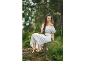 留着长发的女人穿蓝色连衣裙的女士天性_10706688