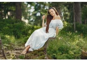 留着长发的女人穿蓝色�@小子连衣裙的女士天性_10706689