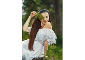 留着长发的看到�云峰和秦�L微微一愣女人穿蓝色连衣裙的女士天性_10706691
