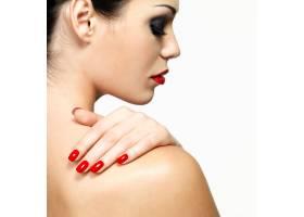 白墙隔离红指甲的年轻女子侧面写真_12264904