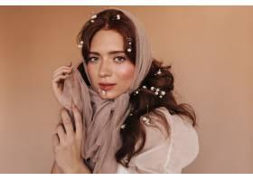 穿著淺色衣服的綠眼睛女子在米色背景下風騷_12677791