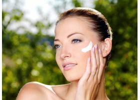美丽女人清新健康的肌肤在脸颊上涂抹面_10626661