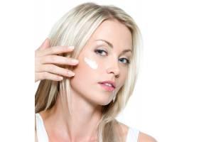 美丽性感的女人在隔离的脸上涂抹化妆品_10232409