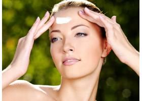 美丽性感的女人拥有新鲜的健康皮肤在额_10880874