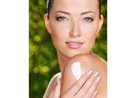 美丽性感的女人清新健康的皮肤在肩膀上_10880869
