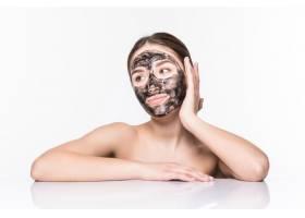 美丽的女人脸上戴着泥土或泥巴面具隔绝_8473050