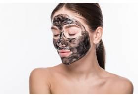 美丽的女人脸上戴着泥土或泥巴面具隔绝_8473055