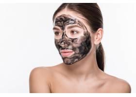 美丽的女人脸上戴着泥土或泥巴面具隔绝_8473059