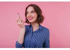 美丽的年轻女子一头卷发孤立在粉色墙上_10658346